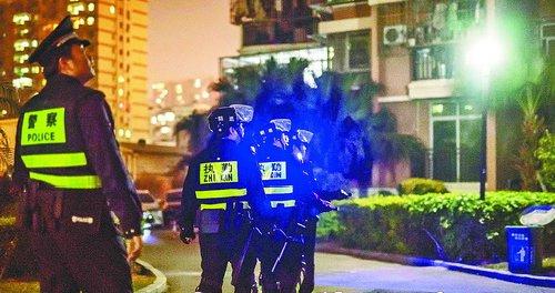 民警深夜巡逻,守护居民平安。