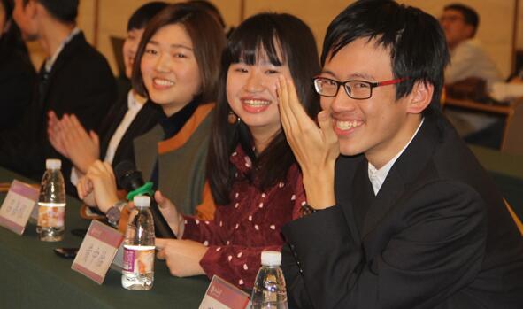 清华大学大清百战队三位选手连续答对五题时脸上洋溢着自信的笑容