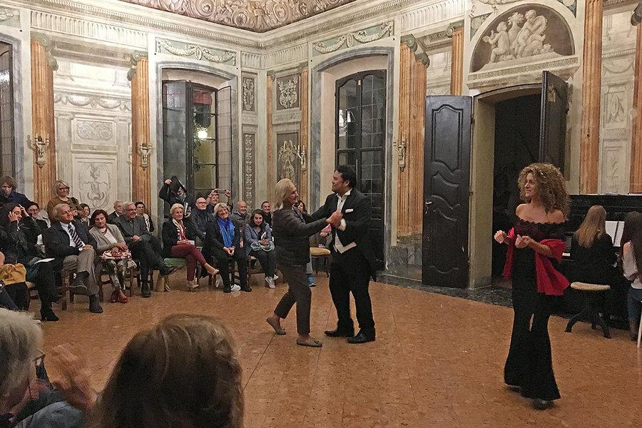 在客厅中演唱的歌剧