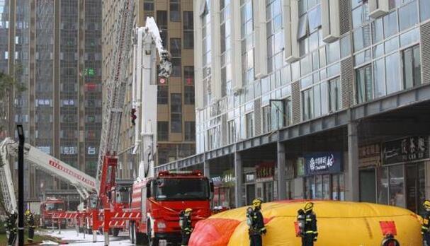 资料图:贵州省贵阳市在一高楼举行高层建筑火灾事故应急救援实战演练。