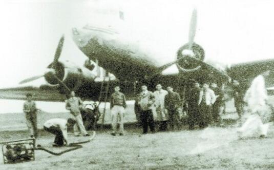 1944年,厦大增设航空工程系。图为航空工程系的老师带学生在厦门禾山机场实习的留影。