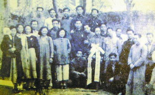 """厦大成立""""九九剧社""""宣传抗日戏剧。图为""""九九剧社""""成员在长汀的合影。"""