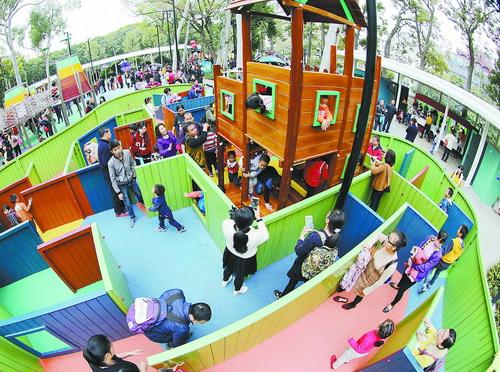 昨天,中山公园儿童乐园内,孩子们在家长的陪伴下开心玩耍。