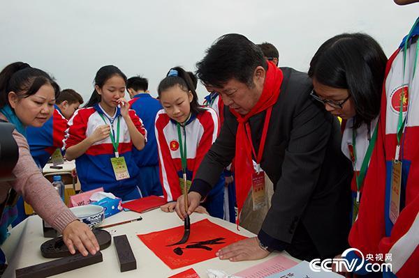 全国政协常委、全国政协书画室副主任覃志刚在活动现场