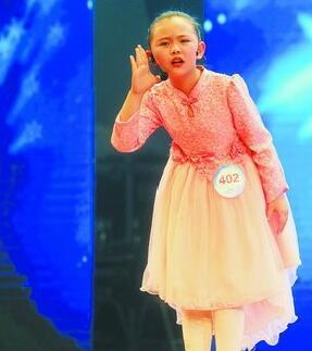 刘羽霏表演《乌龟和兔子赛跑》。