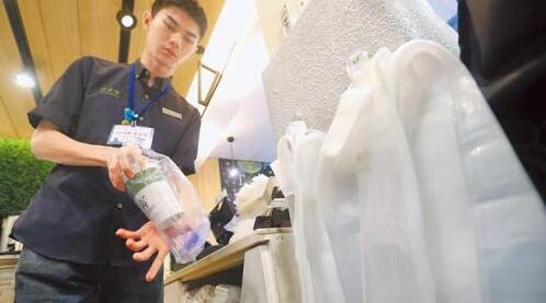"""明年元旦起,台当局""""环保署""""扩大限塑政策,管制对象新增7大类业者,图为饮料业者替民众将饮料装袋。"""