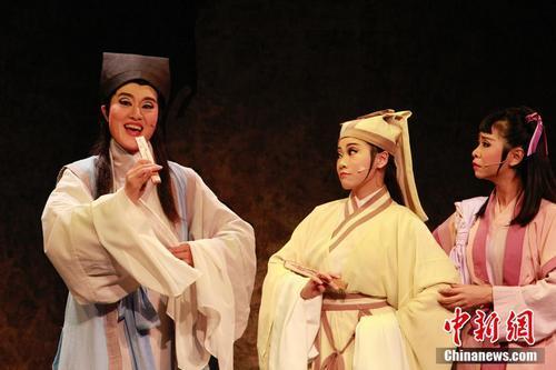 资料图:第四届当代小剧场戏曲艺术节展演剧目《蝴蝶效应》剧照。