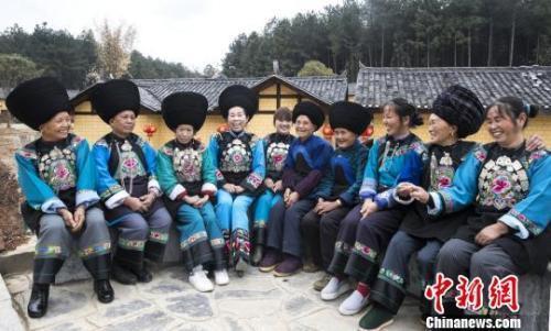 资料图:入住新房的湘西村民露出幸福微笑。 唐小晴 摄