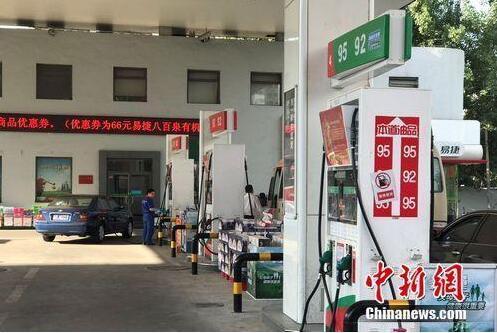 资料图:北京市北苑路上中石化一加油站。