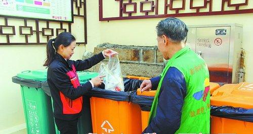 神山三航小区居民在分类投放垃圾。