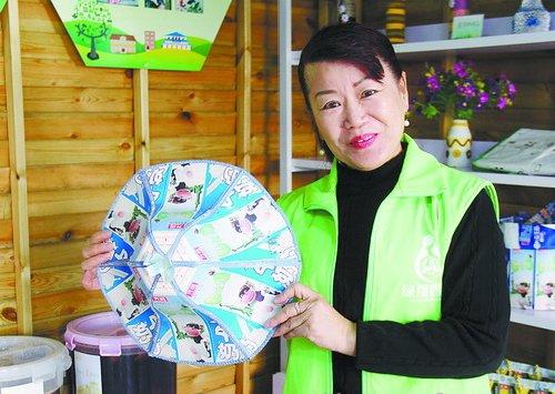 环保志愿者展示用利乐包制成的帽子。