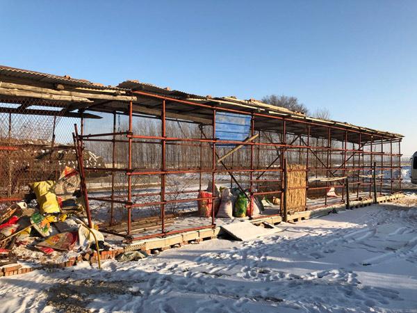 ↑吉林市昌邑区桦皮厂镇张相村何景生家的科学储粮仓,一周前,储存在这里的16万斤玉米已全部卖完。