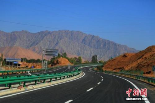 资料图:青海循隆高速公路建成通车,青海循化撒拉族自治县结束没有高速公路历史。