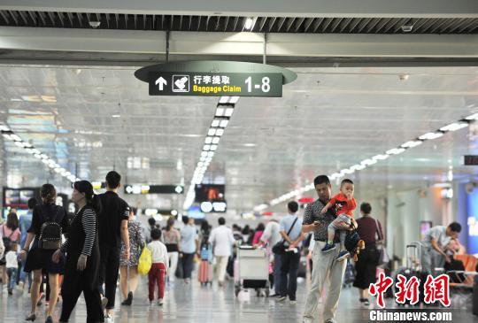 资料图:图为海口美兰机场到达大厅迎来大量进港旅客。