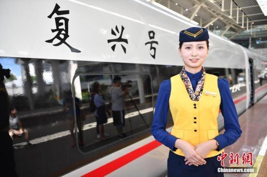"""穿行在广州南与深圳北站之间的""""复兴号""""动车组G9731/2次列车。图为""""复兴号""""动车组列车员。"""