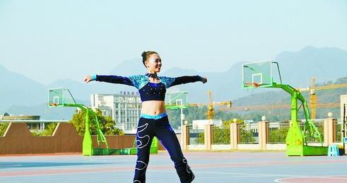 厦门体育老师表演健美操,一展活力风采。