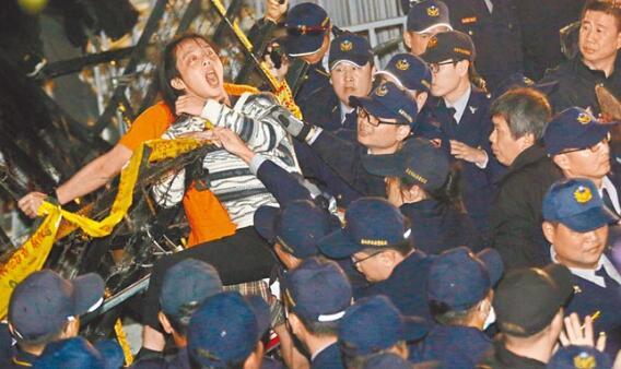 """劳工与学生团体23日举行反""""劳基法""""修恶大游行。"""