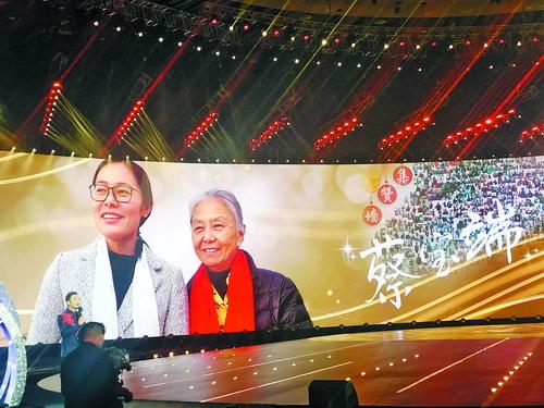 蔡宝端(右)和杨燕(左)的照片显示在央视新年晚会现场大屏幕上。