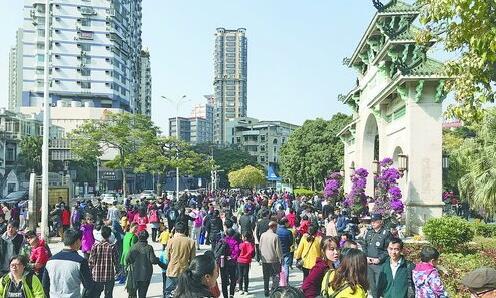 很多游客乘坐地铁到中山公园