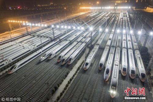 资料图:2017年12月5日夜,陕西西安,西安动车段存车线,一列列和谐号动车组整装待发迎接西成高铁的开通。2017年12月6日,中国首条穿越秦岭的高速铁路——西成高铁将全线开通。 图片来源:视觉中国