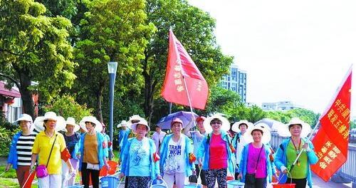 五缘湾1号小区活跃着党员志愿者服务队。(危竹祥 摄)