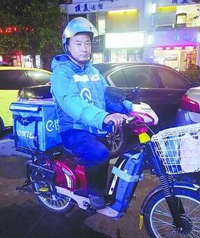 杨进峰在送餐