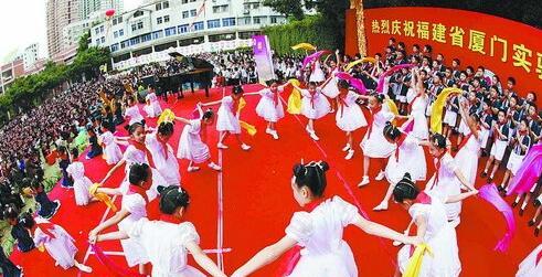 孩子们在庆典上载歌载舞
