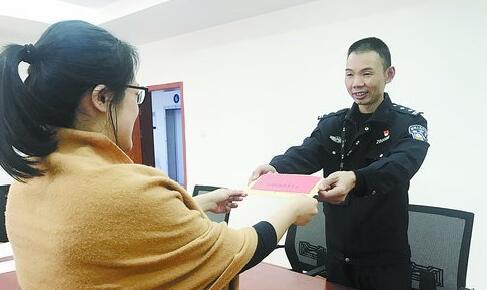 民警向被骗群众退还赃款 图/海沧警方提供