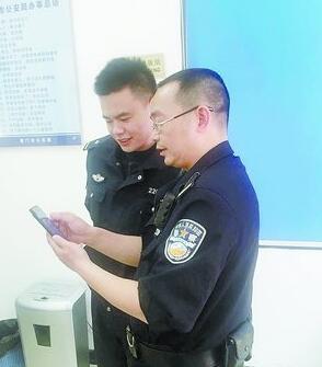 民警正在查看办案百度App