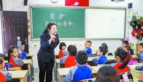 """▲检察官为小学生开展""""爱护我们的身体""""防性侵主题讲座。"""