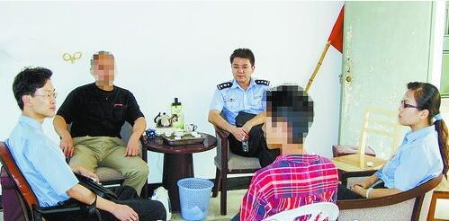 ▲检察官回访一名从宽处理的涉罪未成年人。