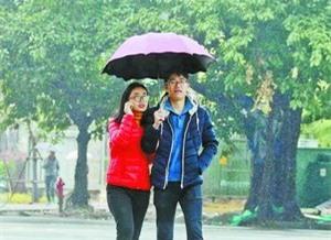 昨日厦门低温降雨,图为打伞的街头行人。