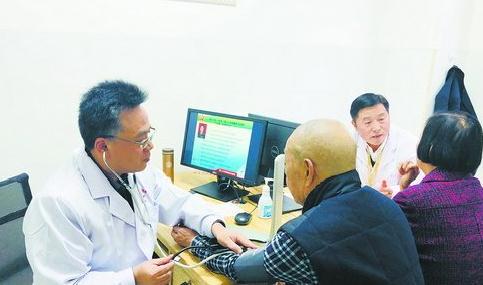 174医院的专家为老人看诊