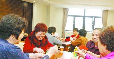 老人在享受养老院提供的公共服务