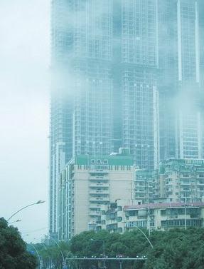 筼筜湖畔的高楼在十几层的高度便已被大雾笼罩,犹如躲进了云层之中