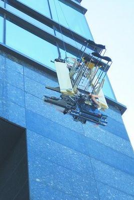 ispider正在超百米的大楼外墙上工作