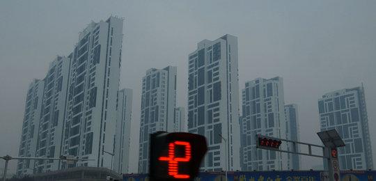 2015年11月27日,雾霾中的河北省保定市国家高新区高大建筑群。(来源:视觉中国)