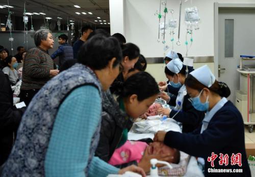 资料图:1月5日,河北省儿童医院内,多位护士同时为小患者服务。中新社记者 翟羽佳 摄
