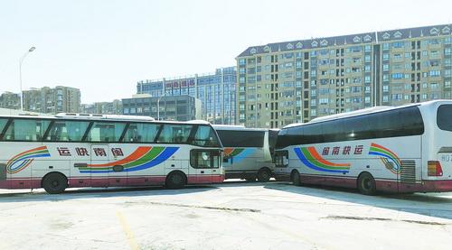 """""""闽南快运""""客运大巴停在枋湖客运站停车场内"""
