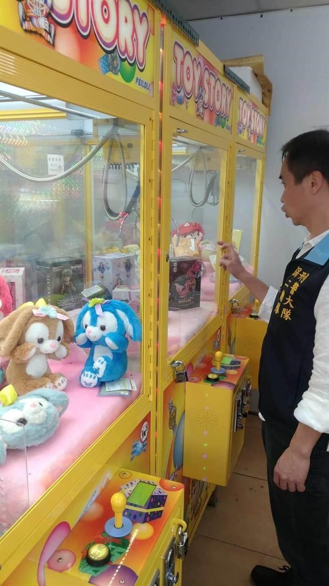 """新北市目前共有751间夹娃娃机专门店,其中519间紧邻各级学校。(图片来源:台湾""""中时电子报"""")"""