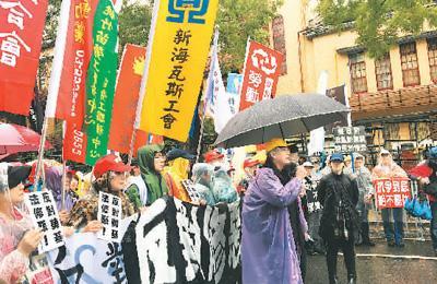 """图为劳工团体在台立法机构门前抗议,要求撤回""""劳基法""""草案"""