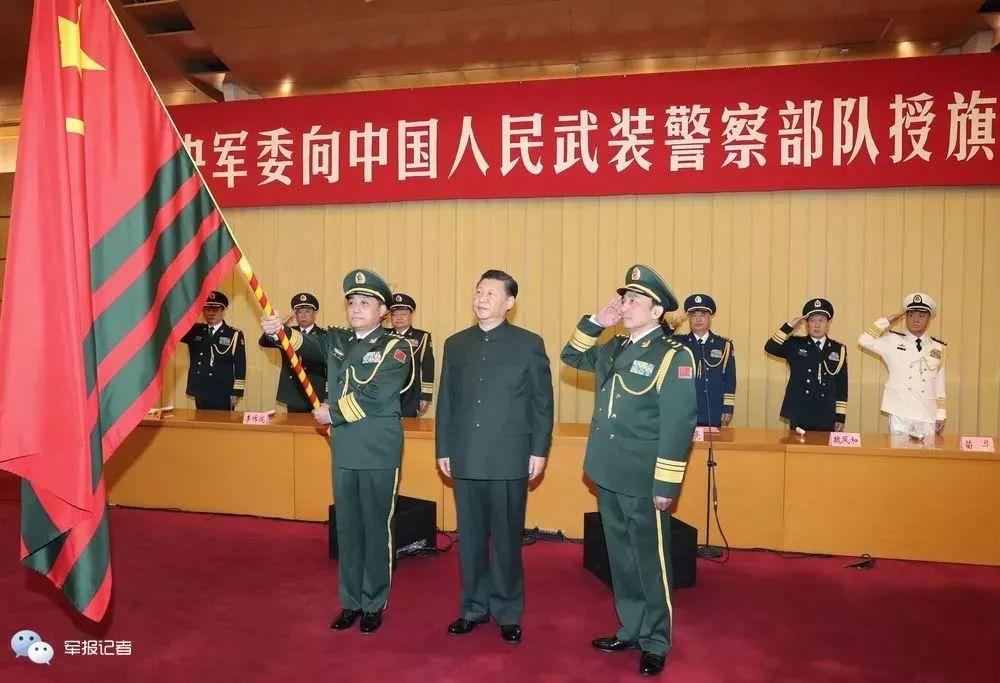 1月10日上午,中央军委向武警部队授旗仪式在北京八一大楼举行。中共中央总书记、国家主席、中央军委主席习近平向武警部队授旗并致训词。这是习近平向武警部队授旗。记者周朝荣摄