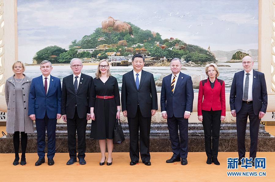 1月10日,国家主席习近平在北京人民大会堂集体会见北欧和波罗的海国家议会领导人。芬兰议长洛赫拉、挪威议长托马森、冰岛议长西格富松、爱沙尼亚议长内斯托尔、拉脱维亚议长穆尔涅采、立陶宛议长普兰茨凯蒂斯、瑞典第一副议长芬内等参加会见。新华社记者 王晔 摄