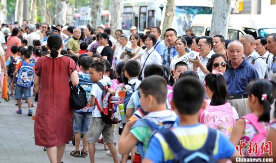 资料图:家长接孩子放学。中新社发 张畅 摄