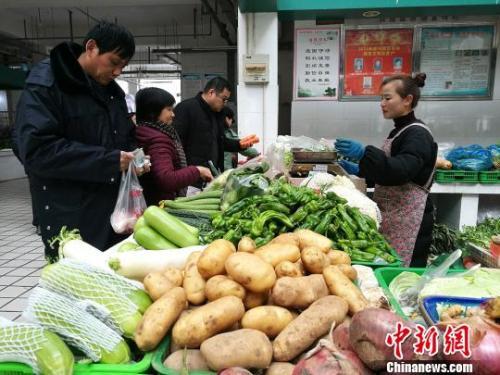 资料图:合肥市民在购买蔬菜。 刘浩 摄