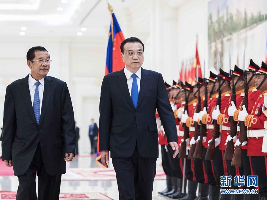 1月11日,国务院总理李克强在金边和平大厦同柬埔寨首相洪森举行会谈。这是会谈前,洪森在和平大厦为李克强举行隆重的欢迎仪式。 新华社记者 李涛 摄