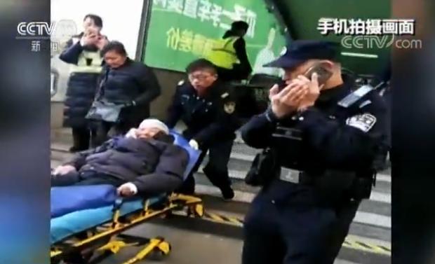 九旬老人乘扶梯摔倒 路人反应迅速及时救助帮其脱险