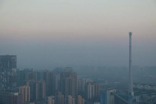 ↑11日,北京市发布空气重污染橙色预警,将于13日0时至15日24时实施橙色预警措施,这也是今年首次重污染天气过程。