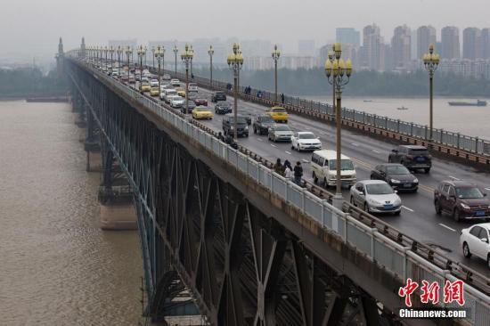 资料图:大批车辆由南向北行驶在南京长江大桥上。中新社记者 泱波 摄