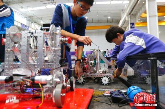 资料图:北京市学生参加机器人智能大赛。中新社记者 富田 摄